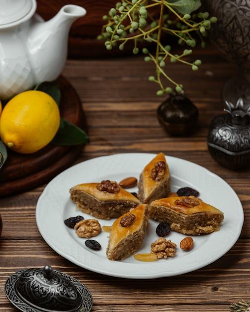 Азербайджанский десерт пахлава с орехами и султаншей внутри белой тарелке. Бесплатные Фотографии