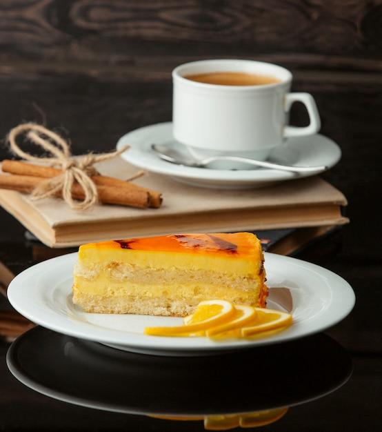 Ломтик лимонного пирога с чашкой чая. Бесплатные Фотографии