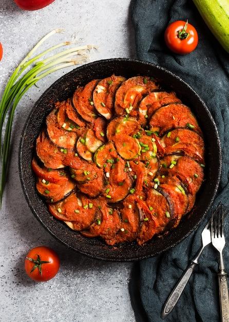 野菜のズッキーニナスピーマンとトマトのラタトゥイユフランスプロヴァンス料理 無料写真