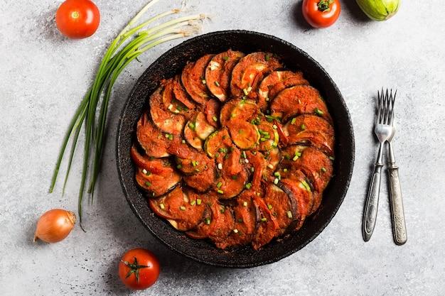 Рататуй французское прованское блюдо из овощей, кабачки, баклажаны, перец Бесплатные Фотографии