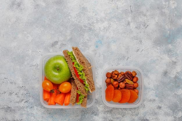 サンドイッチ、野菜、果物の白のお弁当。 無料写真
