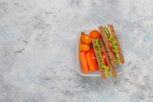 Коробка для завтрака с сандвичем, овощами, плодоовощ на белизне. Бесплатные Фотографии