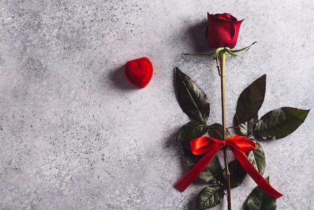 バレンタインの日私は結婚婚約指輪を赤いバラのギフトボックス付き 無料写真
