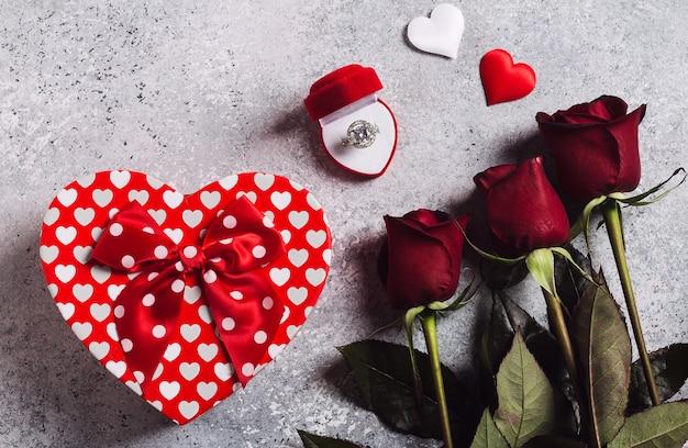 バレンタインの日は私と赤いバラのブーケとギフトボックスの心を持つボックスで結婚婚約指輪と結婚 無料写真