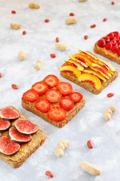 伝統的なアメリカとヨーロッパの夏の朝食:トーストとピーナッツバターのサンドイッチ、コピートップビュー 無料写真