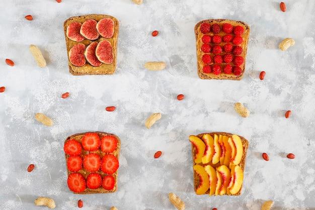 Традиционный американский и европейский летний завтрак: бутерброды с тостами и арахисовым маслом, вид сверху Бесплатные Фотографии