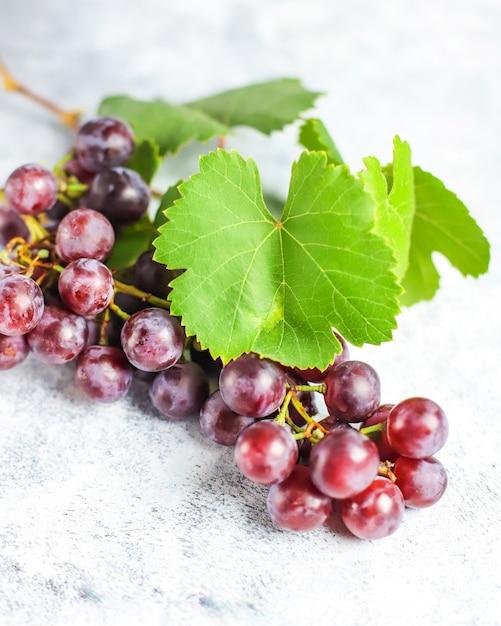 白の葉と熟した赤ブドウ。 無料写真