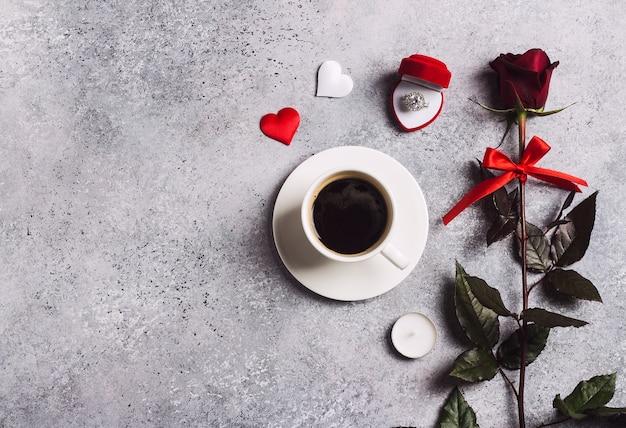 День святого валентина романтический ужин сервировка обручальное обручальное кольцо в коробке Бесплатные Фотографии