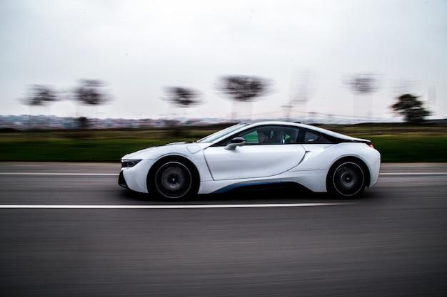 白いスポーツカーの高速試運転。 無料写真