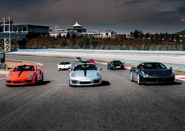 スポーツカーのパレードや高速道路でのレース。 無料写真