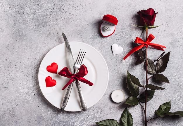 バレンタインデーのテーブルセッティングのロマンチックなディナーは私と結婚結婚の婚約指輪ボックス 無料写真