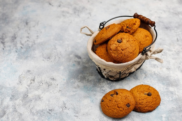 コンクリートのチョコレートチップと自家製オートミールクッキー 無料写真