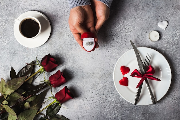 バレンタインの日ロマンチックな夕食のテーブルセッティング男手ボックスで婚約指輪を私と結婚 無料写真
