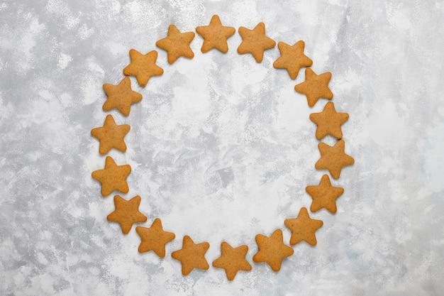 灰色のコンクリートの伝統的な自家製ジンジャーブレッドクッキー、クローズアップ、クリスマス、トップビュー、フラットレイアウト 無料写真