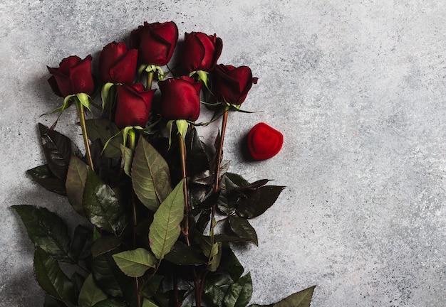 День святого валентина, женский день матери, красная роза, подарок-сюрприз на сером Бесплатные Фотографии