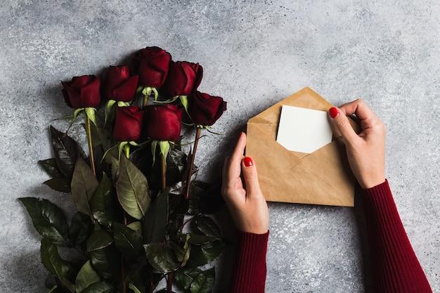 グリーティングカード母の日と封筒ラブレターを持つバレンタインデー女性手 無料写真