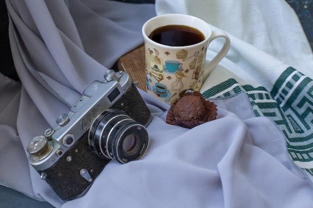 テーブルの上のチョコレートプラリネとお茶。 無料写真