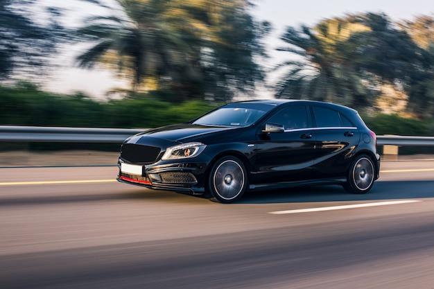 高速道路で運転する黒い高級ジープ 無料写真