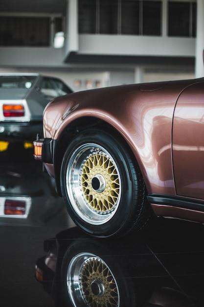 ビンテージアメジストカラーセダン車の前面 無料写真