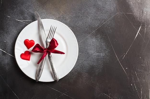 バレンタインの日のテーブルセッティングのロマンチックな夕食は私と結婚してプレートフォークナイフ 無料写真
