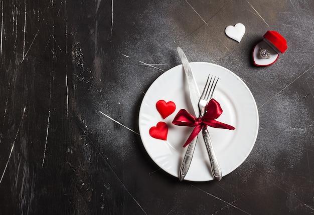 バレンタインデーのテーブルセッティングのロマンチックなディナーは私に結婚婚約指輪を結婚 無料写真