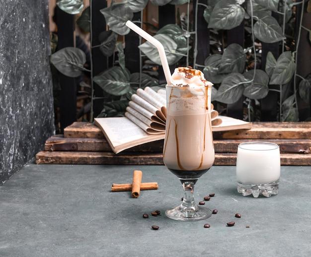 チョコレートシロップとシナモンを使用したミルキーシェーク 無料写真