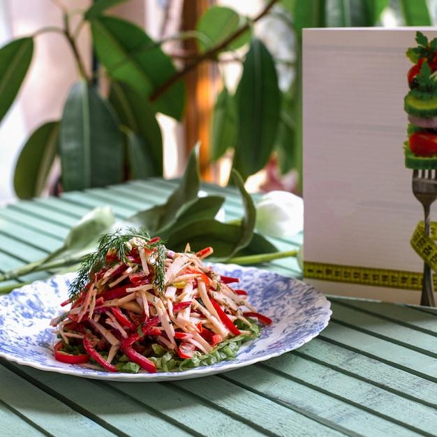 刻んだ唐辛子とハーブの野菜サラダ 無料写真