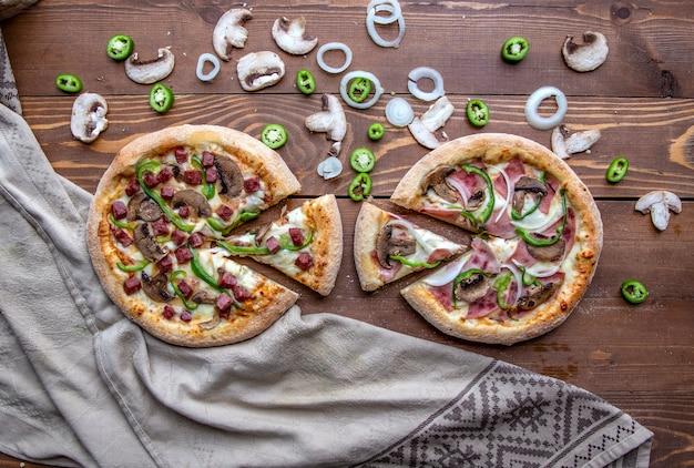 みじん切りソーセージ、肉、玉ねぎ、マッシュルーム、ピーマンのピザ 無料写真