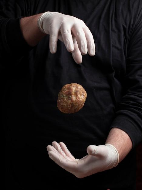Шеф-повар в белых перчатках делает мясные шарики Бесплатные Фотографии