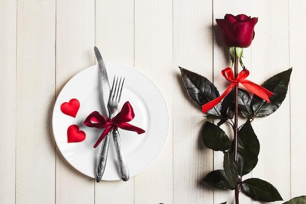 バレンタインデーのテーブルセッティングのロマンチックなディナーと結婚婚約 無料写真