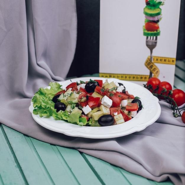 刻んだトマト、チーズ、オリーブのギリシャ風サラダ。 無料写真
