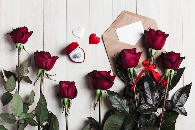 Любовное письмо конверта дня святого валентина с обручальным кольцом поздравительной открытки Бесплатные Фотографии
