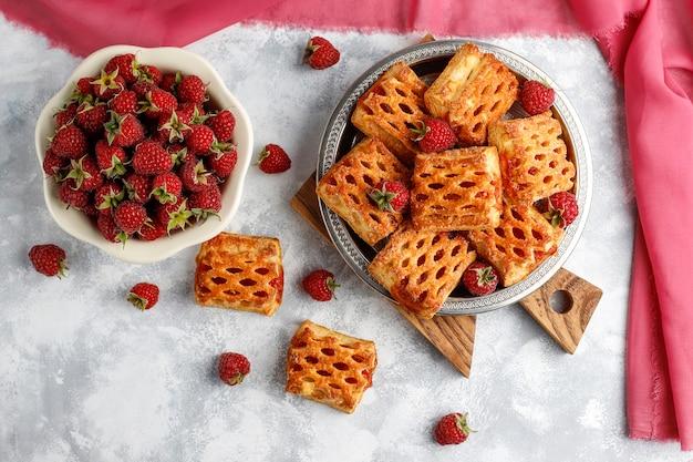 熟したラズベリー、トップビューで甘いおいしいラズベリークッキー 無料写真