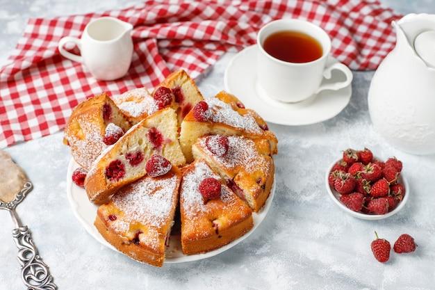 ライトに粉砂糖と新鮮なラズベリーのラズベリーケーキ。夏のベリーデザート。 無料写真
