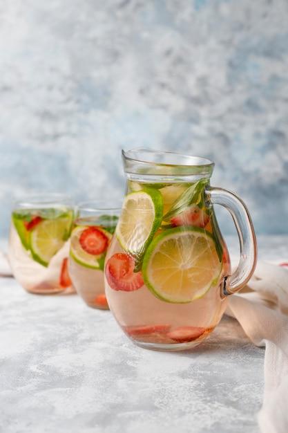Свежий лайм, клубника и мята, настоянный на воде, коктейль, детокс напиток, лимонад. летние напитки. концепция здравоохранения. Бесплатные Фотографии