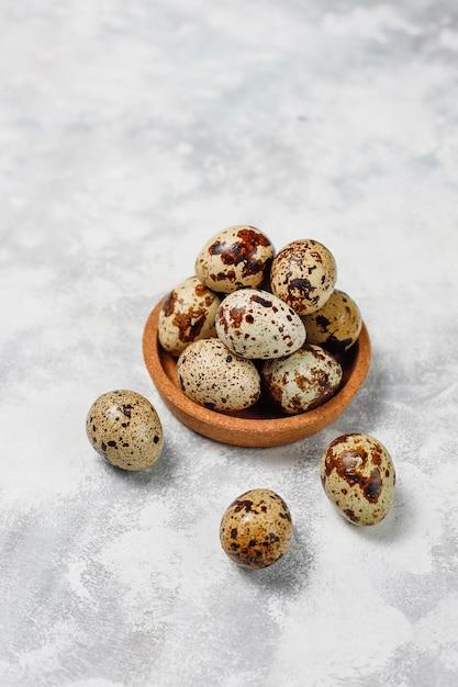 Перепелиные яйца на бело-сером бетоне Бесплатные Фотографии