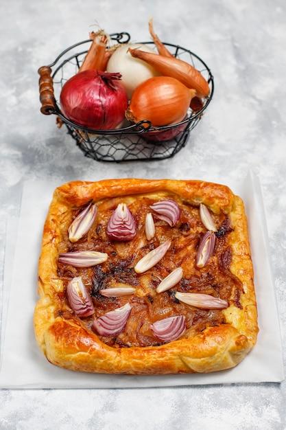 Французский галет с луковым пирогом с слоеным тестом и различным луком шалот, красный, белый, желтый лук, вид сверху Бесплатные Фотографии