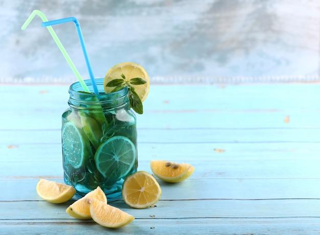 レモンとミントのモヒート瓶。 無料写真