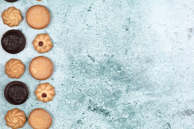 青色の背景にチョコレートとオートミールのクッキー。 無料写真