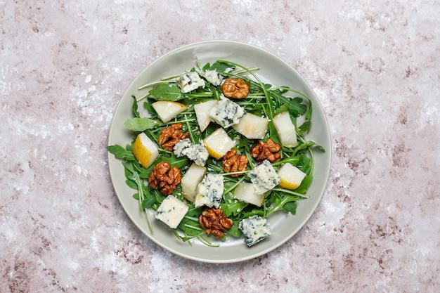 Салат из голубого сыра с кусочками грецкого ореха и рукколы, оливковым маслом и грушей Бесплатные Фотографии