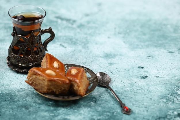 Традиционный армуду (чайная чашка) с пахлавой Бесплатные Фотографии