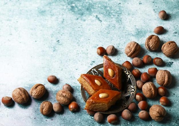 Традиционная пахлавская выпечка из азербайджана из грецких орехов и миндаля с медом Бесплатные Фотографии