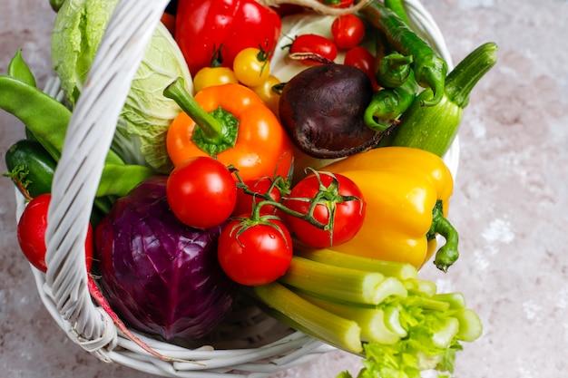 コンクリート表面に異なるカラフルな新鮮野菜 無料写真