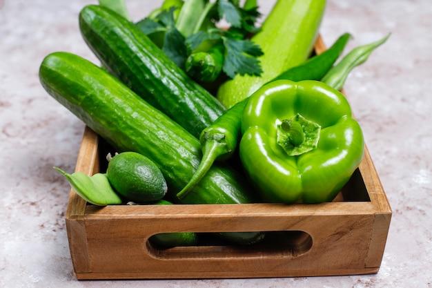 コンクリートの表面に新鮮な緑の野菜 無料写真
