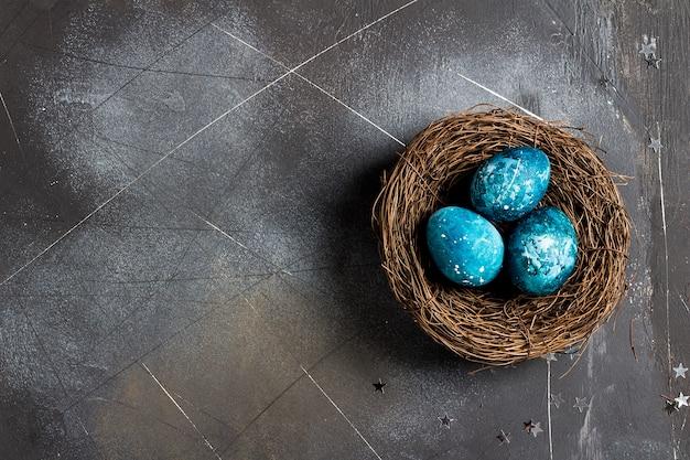 Пасхальные яйца в гнезде раскрашены вручную в синий цвет Бесплатные Фотографии