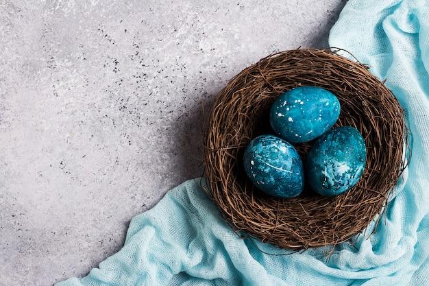 青で手で描いた巣のイースターエッグ 無料写真