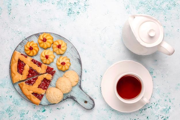 明るい面にさまざまなクッキー、ビスケット、お菓子 無料写真