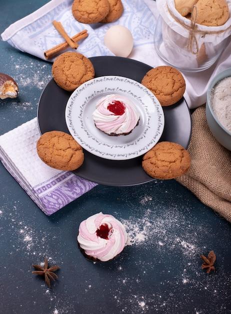 ケーキとビスケットと小麦粉のプレート 無料写真