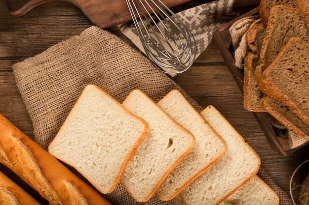 バゲットと暗いと白パンのスライス 無料写真