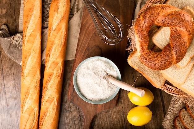 フランスのバゲットとトルコのベーグルとかごの中のパンのスライス 無料写真